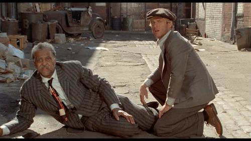 """James Earl Jones en costume rayé joue le rôle du premier """"maître arnaqueur"""" de Hooker. Petit rôle puisqu'il restera surtout connu pour être la voix de Dark Vador."""