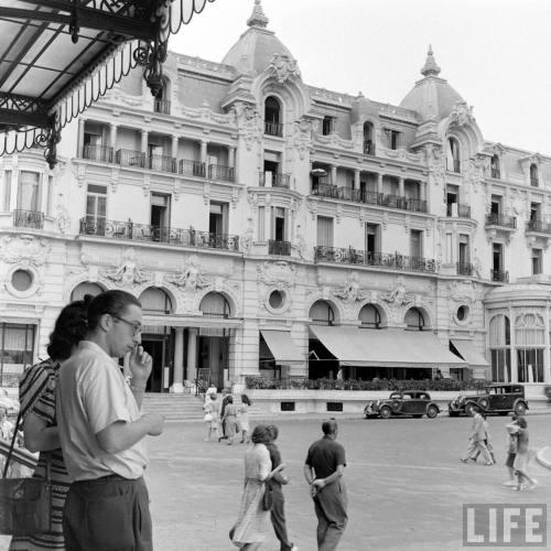 Le Casino de Monte-Carlo en 1947, bâtiment emblématique de la Principauté réalisé par Charles Garnier en 1879.