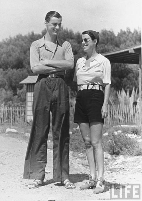 Beatrice Lillie et son fils, Sir Robert Peel, qui porte le même nom que son père décédé en 1934. Le jeune homme sera tué en 1942 à bord du HMS Tenedos, dans le port de Colombo, Ceylan (actuel Sri Lanka).